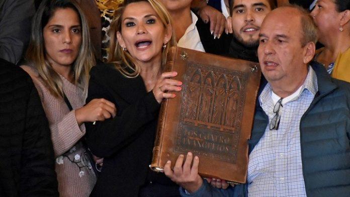 Βολιβία: Η γερουσιαστής Τζανίνες Άνιες αυτοανακηρύχθηκε μεταβατική πρόεδρος