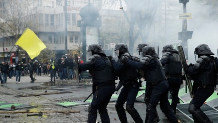«Κίτρινα Γιλέκα»: Βίαια επεισόδια στο Παρίσι, πάνω από 120 συλλήψεις