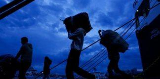 Στο λιμάνι του Πειραιά πρόσφυγες και μετανάστες από νησιά του ανατολικού Αιγαίου