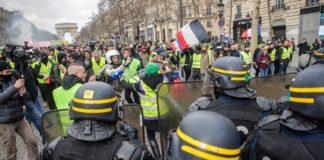 Ξεκίνησε η πρώτη δίκη αστυνομικού για βιαιοπραγίες εναντίον των «κίτρινων γιλέκων» στις διαδηλώσεις στο Παρίσι