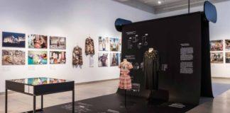 """Οι """"Σκοτεινές Πλευρές της Γρήγορης Μόδας"""" αποκαλύπτονται σε έκθεση στο Βερολίνο"""