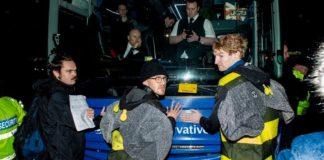 Διαδηλωτές υπέρ του περιβάλλοντος κόλλησαν τα χέρια τους με κόλλα πάνω στο λεωφορείο της προεκλογικής εκστρατείας του πρωθυπουργού Τζόνσον