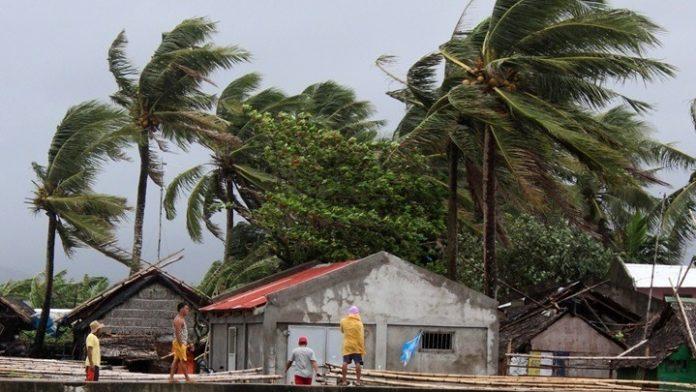 Φιλιππίνες: Δεκάδες χιλιάδες εγκαταλείπουν τις εστίες τους ενόψει του τυφώνα Καμούρι