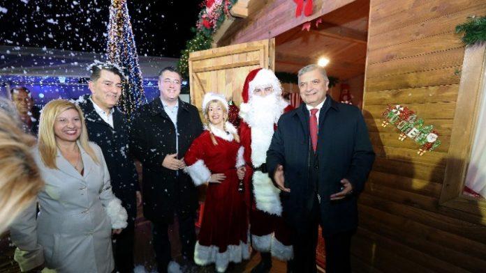 Φωταγωγήθηκε το χριστουγεννιάτικο δέντρο της Περιφέρειας Αττικής στο Πεδίο του Άρεως