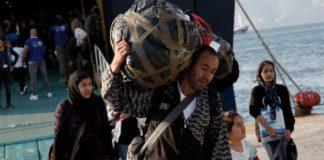 Κάτοικοι εμπόδισαν την αποβίβαση προσφύγων και μεταναστών στη Λέρο