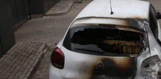 Πυρπόλησαν επτά αυτοκίνητα στο Κολωνάκι και ένα στο Κερατσίνι
