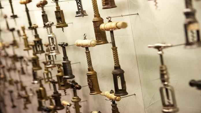 Ψηφιοποιείται η μοναδική συλλογή 3.000 ανοιχτηριών του Βαγγέλη Γεροβασιλείου