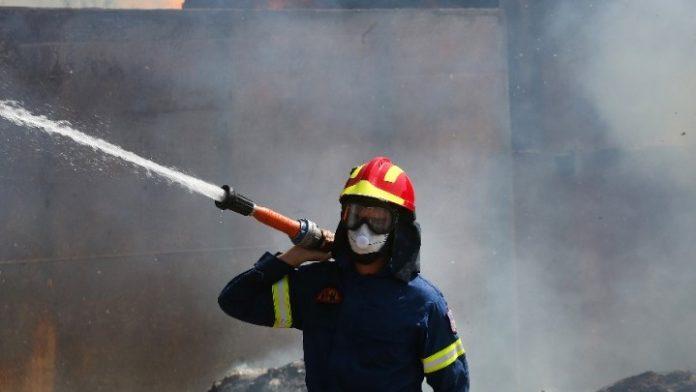 Θεσσαλονίκη: Πυρκαγιά σε επιχείρηση εμπορίας γεωργικών μηχανημάτων