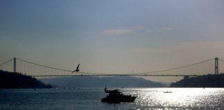 Τρεις αγνοούμενοι μετά τη σύγκρουση αλιευτικού με πετρελαιοφόρο στον Βόσπορο