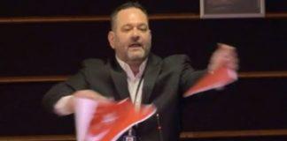 Απίστευτο: Ο Λαγός σκίζει τη σημαία της Τουρκίας στο ευρωκοινοβούλιο! (vd)