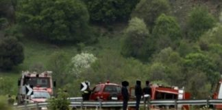 Πάτρα: Αυτοκίνητο «κρεμάστηκε» σε απόκρημνη πλαγιά