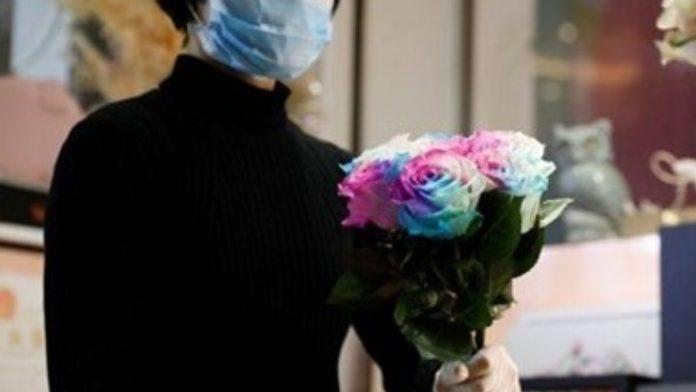 Ανθοπωλείο στην Κίνα στέλνει λουλούδια και απολυμαντικό