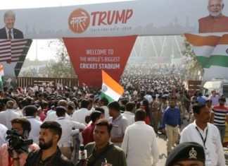 Ινδία: Πλήθη συγκεντρώνονται στην Αχμενταμπάντ για την υποδοχή Τραμπ