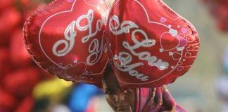 Με μπαλόνια, αρκουδάκια και λουλούδια γιορτάζουν οι κάτοικοι της Τεχεράνης τον Άγιο Βαλεντίνο