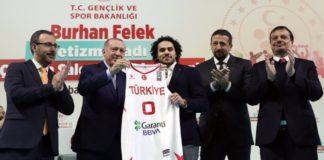 Ο Ερντογάν παρέδωσε τη φανέλα της εθνικής Τουρκίας στον Σέιν Λάρκιν