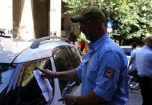 Οι κλήσεις για παράνομη στάθμευση των αυτοκινήτων νόμιμα τοποθετούνται στο παρμπρίζ των οχημάτων