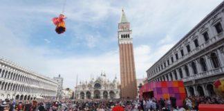 """Το """"πέταγμα του Αγγέλου"""" στο καρναβάλι της Βενετίας"""