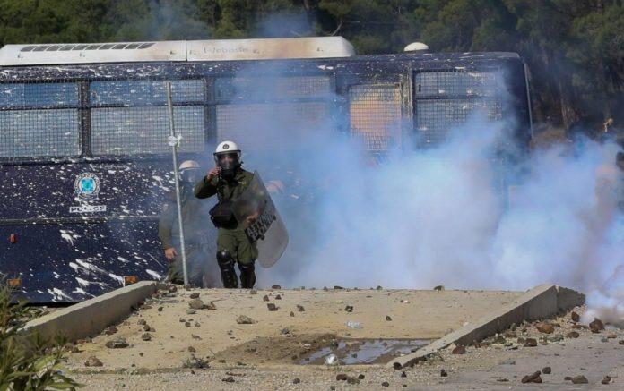 Χαμός στη Μυτιλήνη - 43 αστυνομικοί τραυματίες
