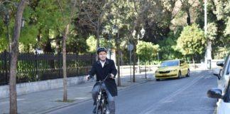 Με ηλεκτρικό ποδήλατο στο Μαξίμου ο πρόεδρος της ΚΕΔΕ