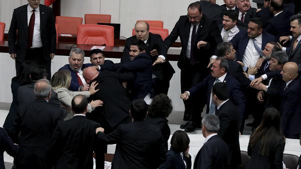 Τουρκία: Βουλευτές πιάστηκαν στα χέρια για χάρη του Ερντογάν (vd)