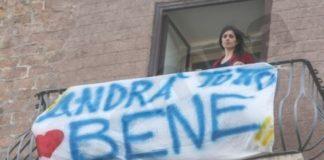 Μην μπορώντας να βγουν έξω, οι Ιταλοί τραγουδάνε στα μπαλκόνια
