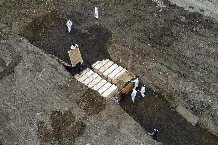 Κορονοϊός: Σοκάρουν οι εικόνες με ομαδικό τάφο στη Νέα Υόρκη
