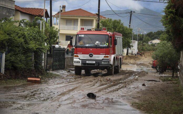 Θεσσαλονίκη: Απεγκλωβισμός οδηγού που παρασύρθηκε από ορμητικά νερά