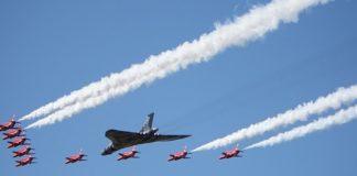 Εντυπωσιακές πτήσεις βρετανικών μαχητικών πάνω από το Λονδίνο (vd)
