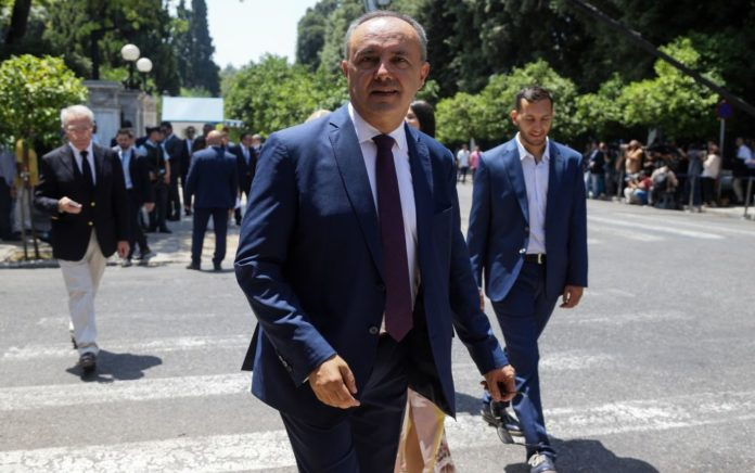 Ο Θ. Καράογλου ψάλει τον εθνικό ύμνο στην Αλεξανδρούπολη (vd)