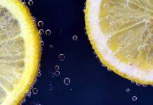 Νερό με λεμόνι: Ποιες είναι οι παρενέργειες όταν το πίνετε