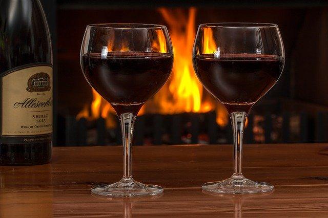 Τι προκαλεί το κόκκινο κρασί στα δόντια