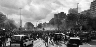 Μεξικό: Διαδηλωτής «βάζει» φωτιά σε αστυνομικό (vd)