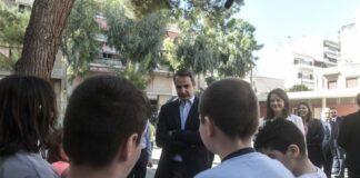 Μαθητής «λιποθύμησε» μόλις είδε τον Κυρ. Μητσοτάκη (vd)