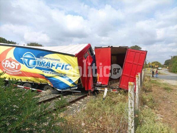 Σοκ στη Θεσσαλονίκη - Τρένο συγκρούστηκε με φορτηγό – Δείτε εικόνες από το σημείο