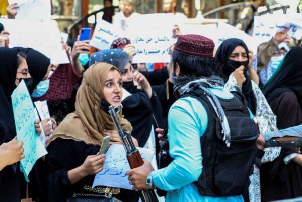Αφγανιστάν: Δημοσιογράφος δέχεται επίθεση από Ταλιμπάν επειδή παίρνει συνέντευξη από γυναίκα (vid)